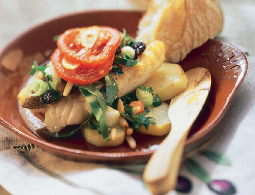 Pez de San Pedro con verduras y piñones