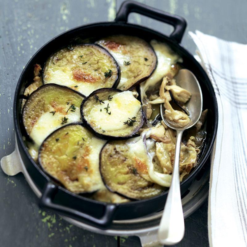 Berenjena gratinada con pollo, cebolla y níscalos