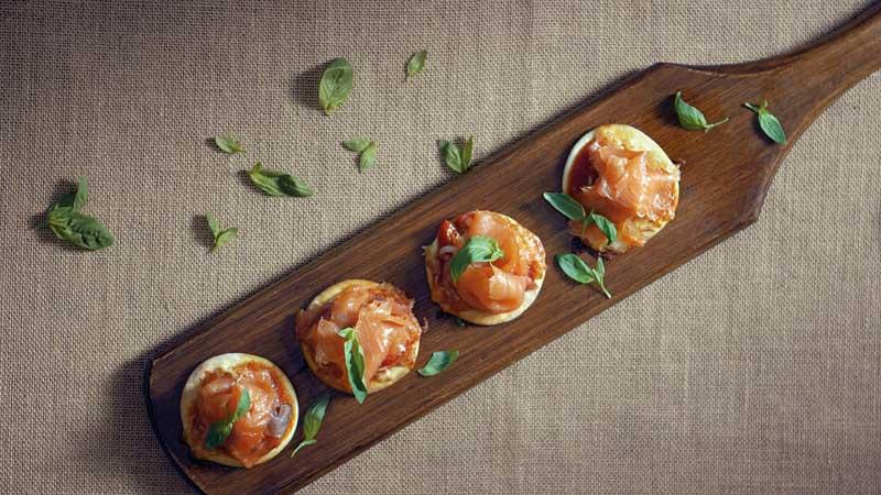 'Mini pizzas' de salmón noruego ahumado