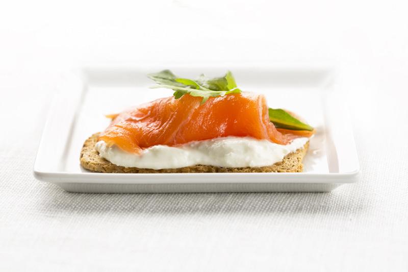 Salmón noruego ahumado con rúcula y queso cremoso