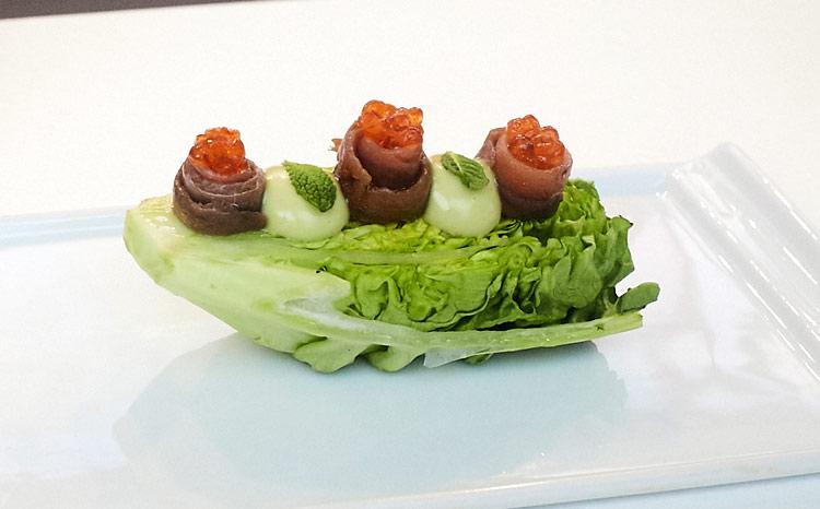 Cogollo de Tudela con anchoas, huevas de trucha y mahonesa