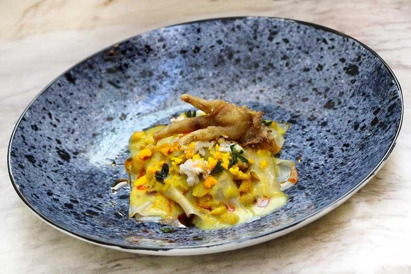Pollo de corral en pepitoria con crestas crujientes
