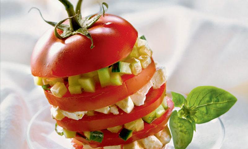Tomate relleno de 'mozzarella' y pepino