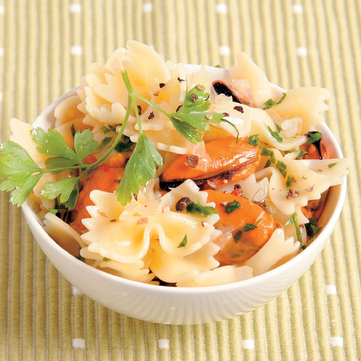 Lazos de pasta con mejillones