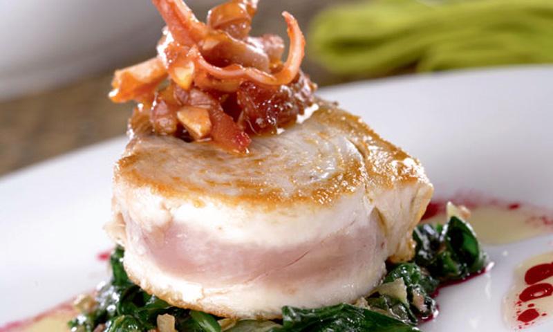 Filete de bonito sobre lecho de espinacas con vinagreta de remolacha