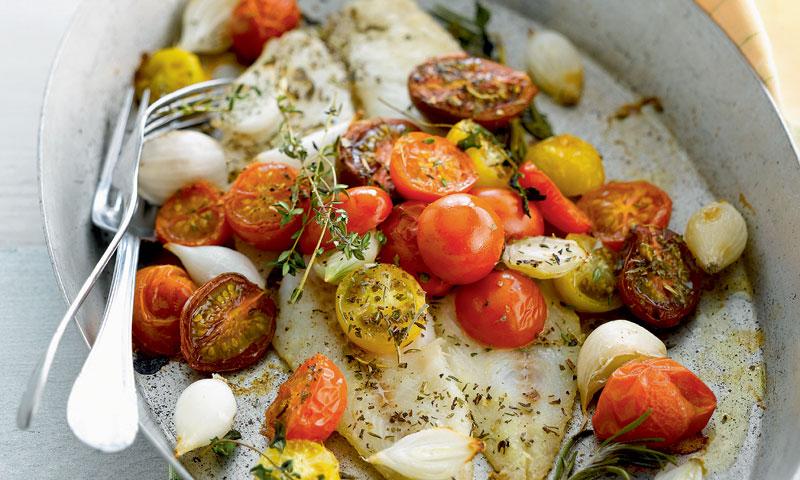 Sartenada de lenguado al horno con cebollitas y tomates