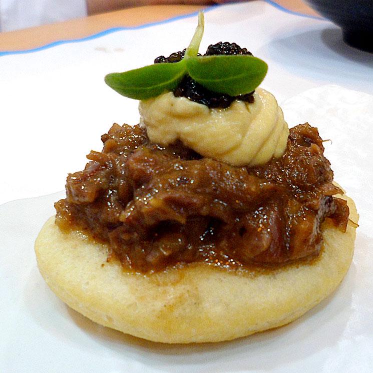 Coca de rabo de toro con emulsión de huevo frito y caviar