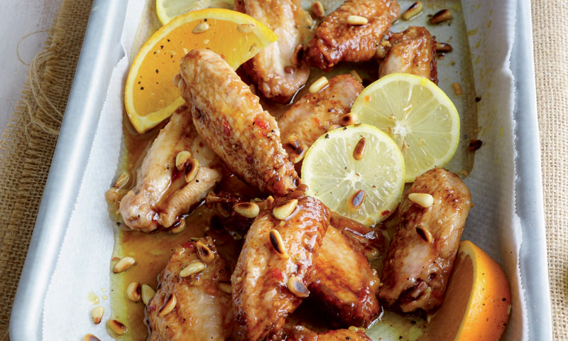 Alitas de pollo con cítricos y piñones