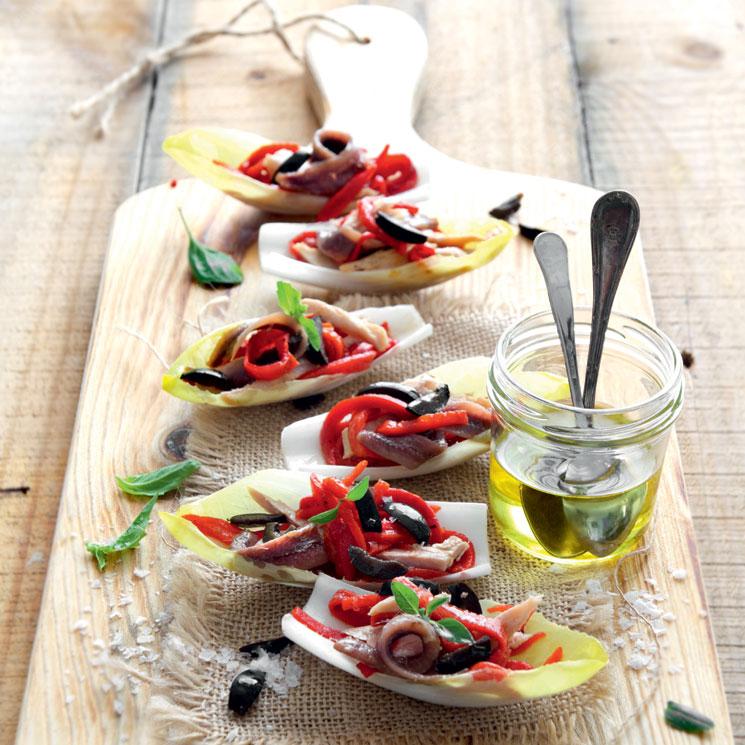 Barquitas de endibias con pimientos, bonito y anchoas