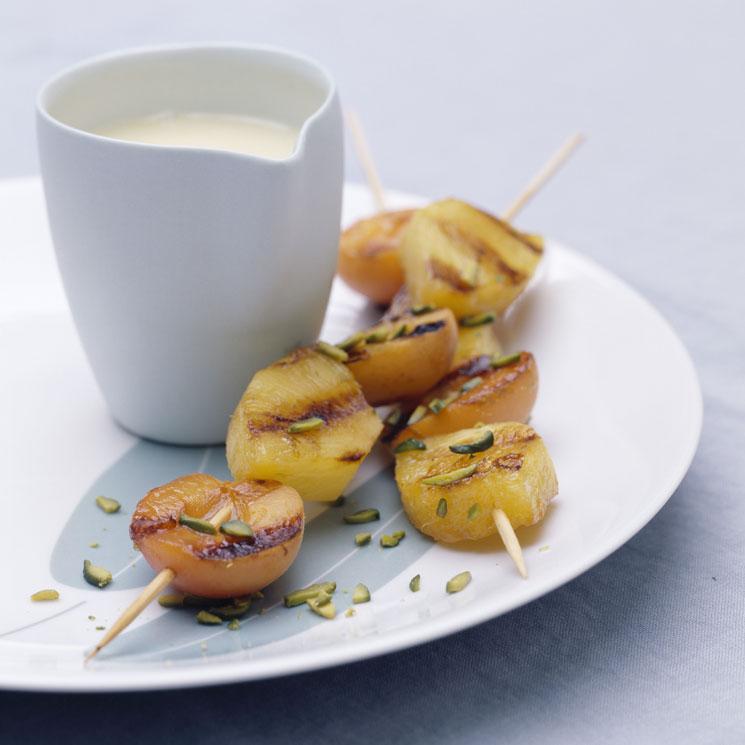 Brochetas de albaricoque con chocolate blanco
