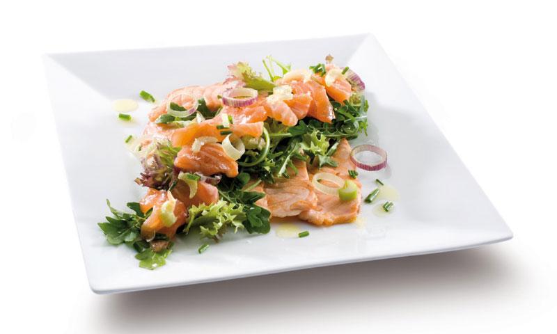 Ensalada con dos salmones frescos