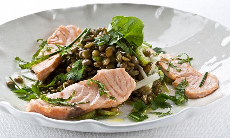 Ensalada de lentejas y salmón fresco
