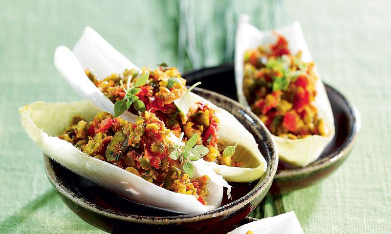 Barcas de endibias con ensalada de verduras y pistachos