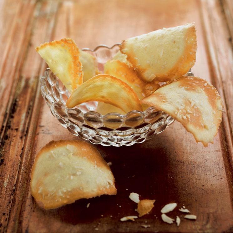 Tejas de queso parmesano con almendras