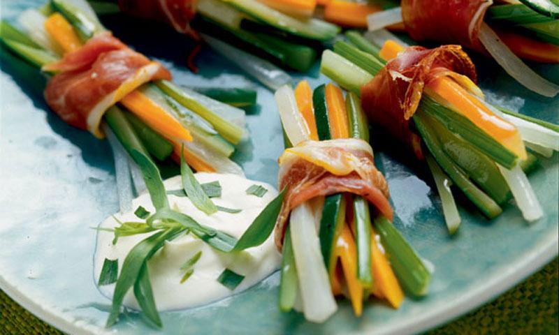Paquetitos de verduras y jamón con salsa de estragón
