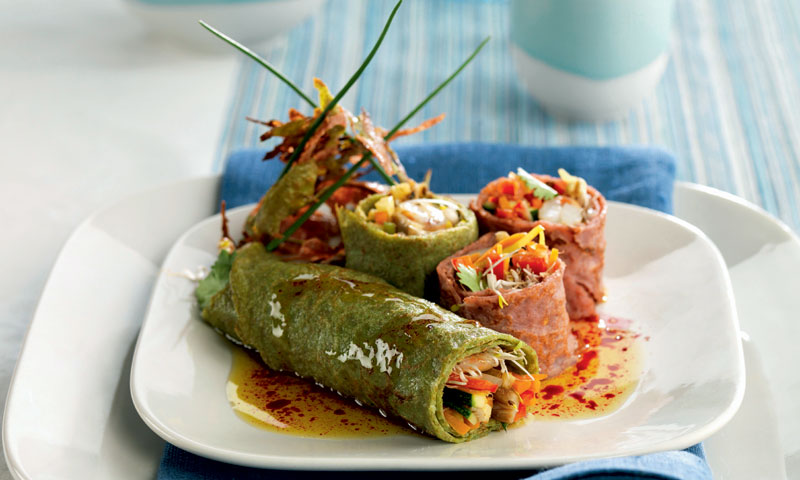 Panqueques de espinacas y tomates rellenos de verduras