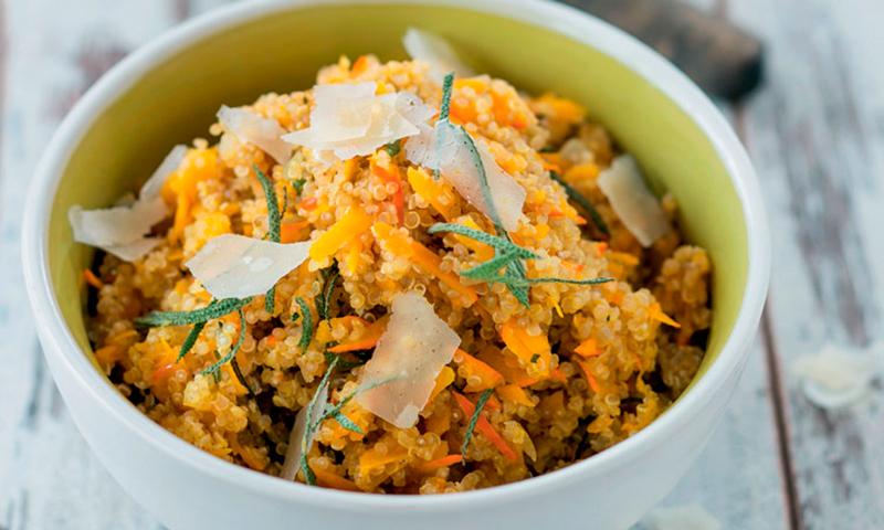Ensalada templada de quinoa con naranja y parmesano