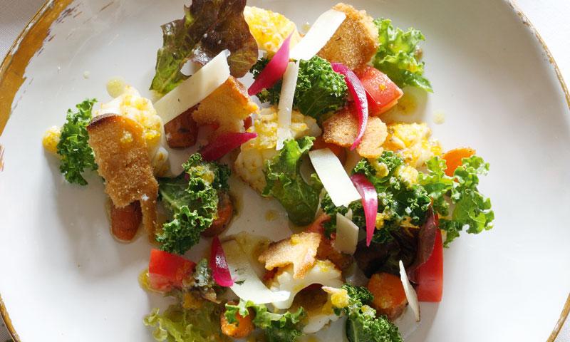 Ensalada tibia de kale, calamar de potera y salsa César