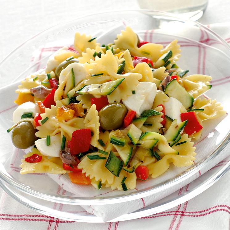 Ensalada de pasta templada con verduras y mozzarella