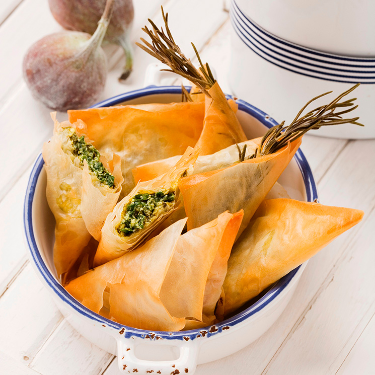 Samosas griegas de queso feta con higos, espinacas y almendras