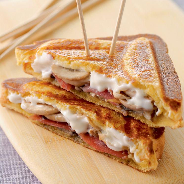 Sándwich de jamón serrano, queso crema y champiñones