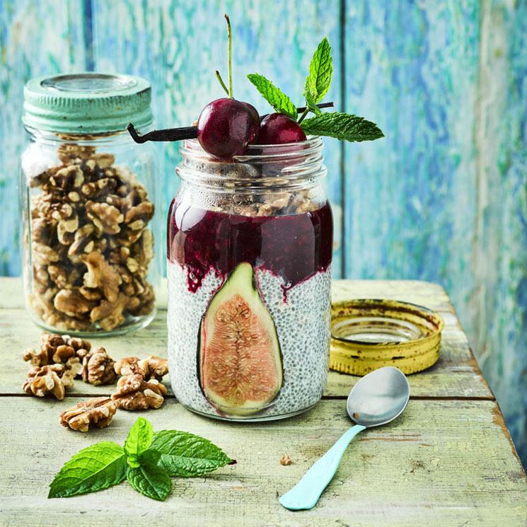 Frasco de chía con higo, nueces y frutos rojos