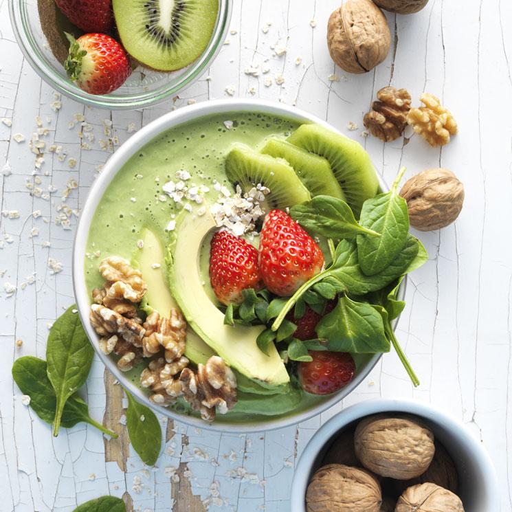 'Smoothie bowl' de aguacate, kiwi, fresas y nueces
