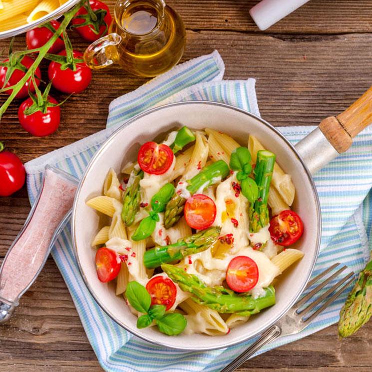 Ensalada templada de espárragos verdes, mozzarella y cherry