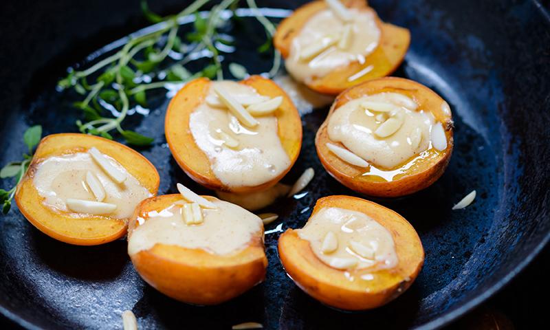 Nísperos a la plancha rellenos de queso con almendras
