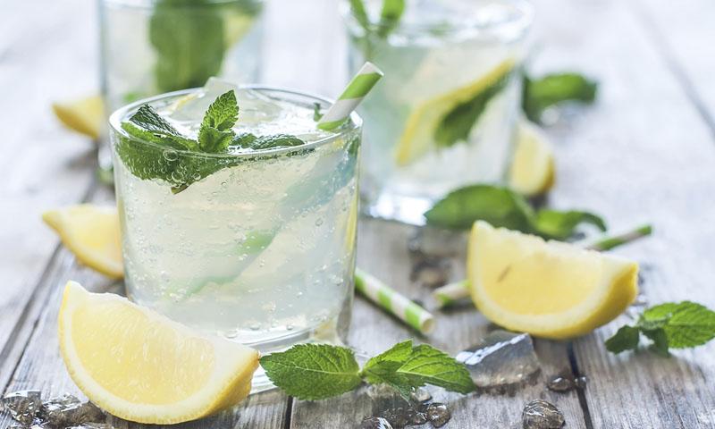 Limonada de pepino, limón y romero
