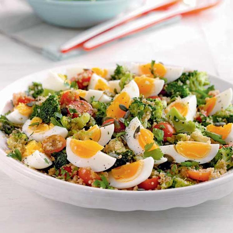 Tabulé de huevos cocidos con brócoli y tomatitos cherry