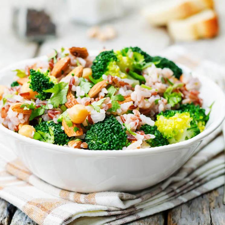 Ensalada de arroz, brócoli, cilantro y almendras
