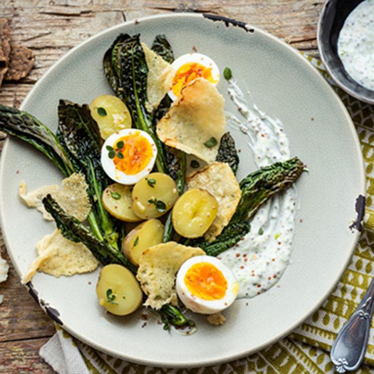 Ensalada de patatas nuevas, huevos duros y 'Parmigiano Reggiano' a la parrilla