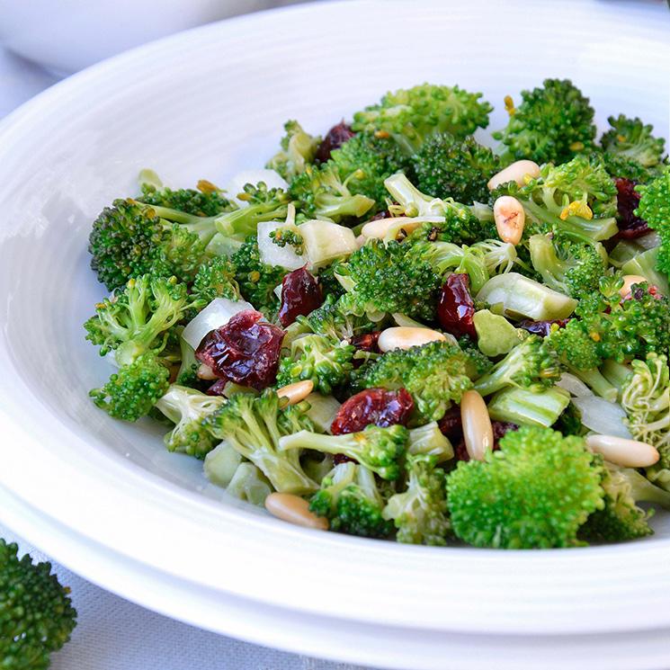 Brócoli al horno con pasas y piñones