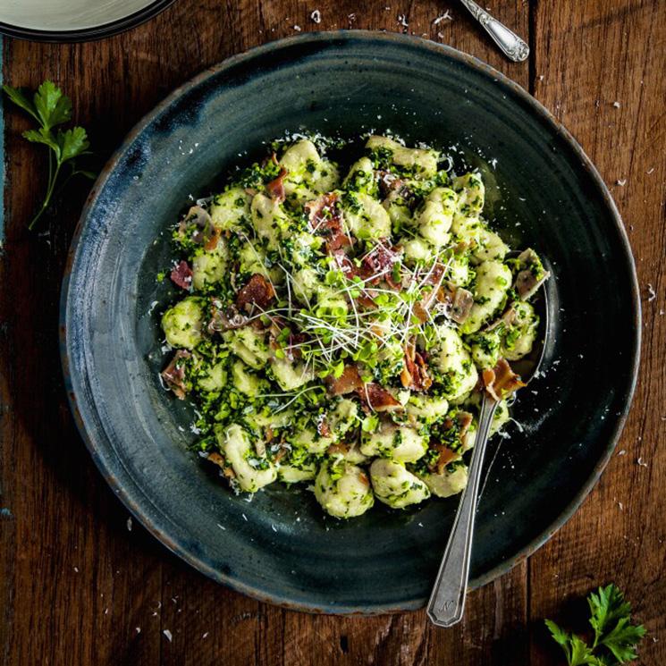 'Gnocchis' de guisantes con kale y jamón