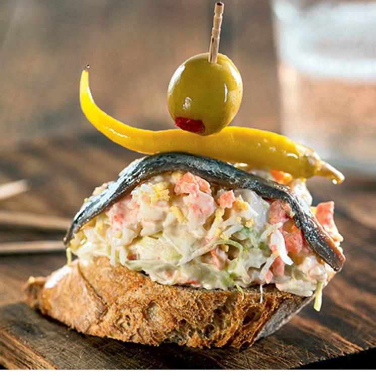 Pincho de ensaladilla de salmón con su gilda