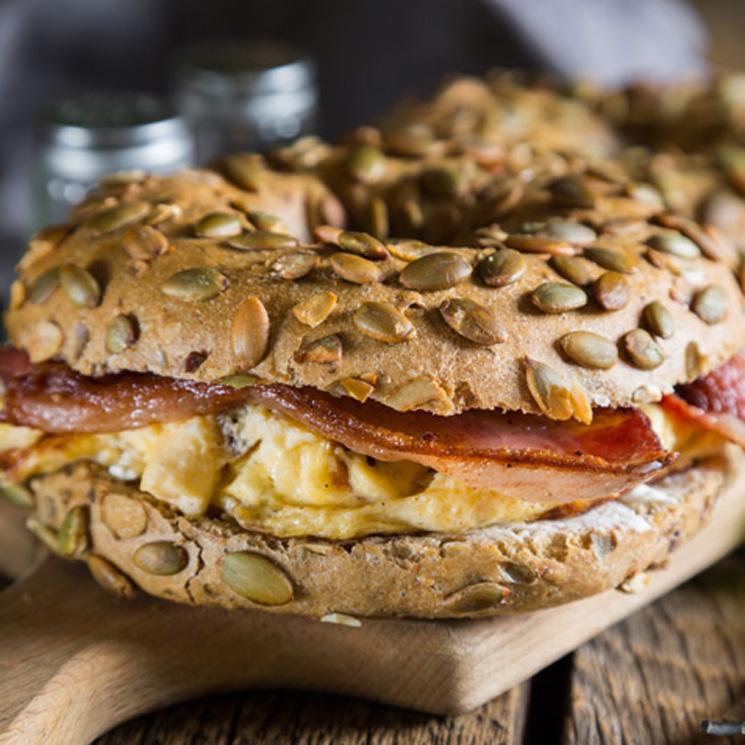 'Bagel' de tortilla de champiñón y queso con bacón