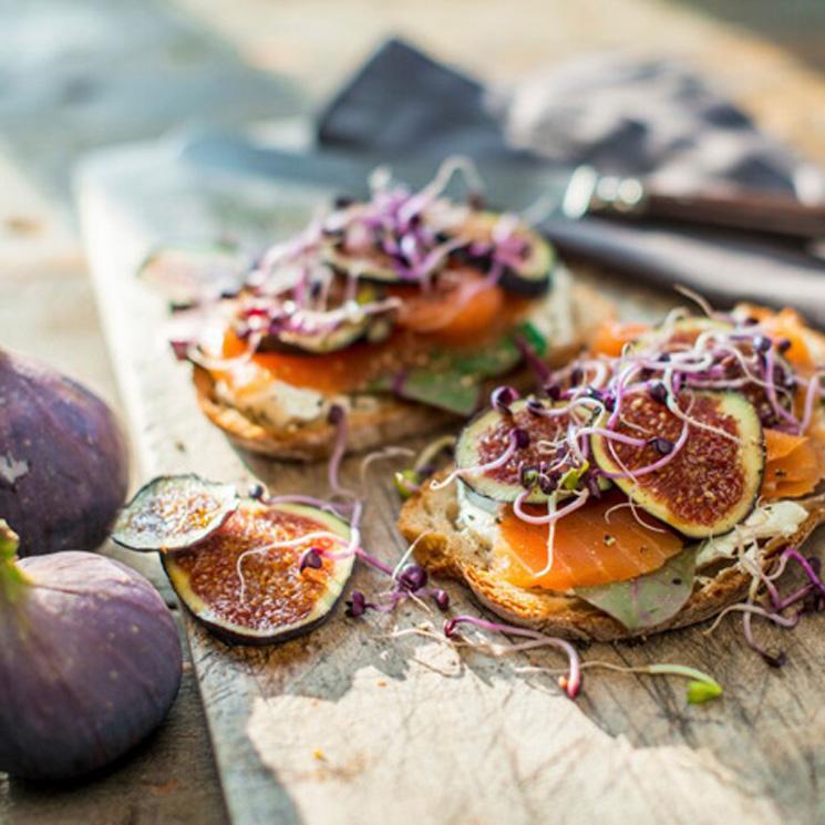 Tostada de salmón con queso e higos