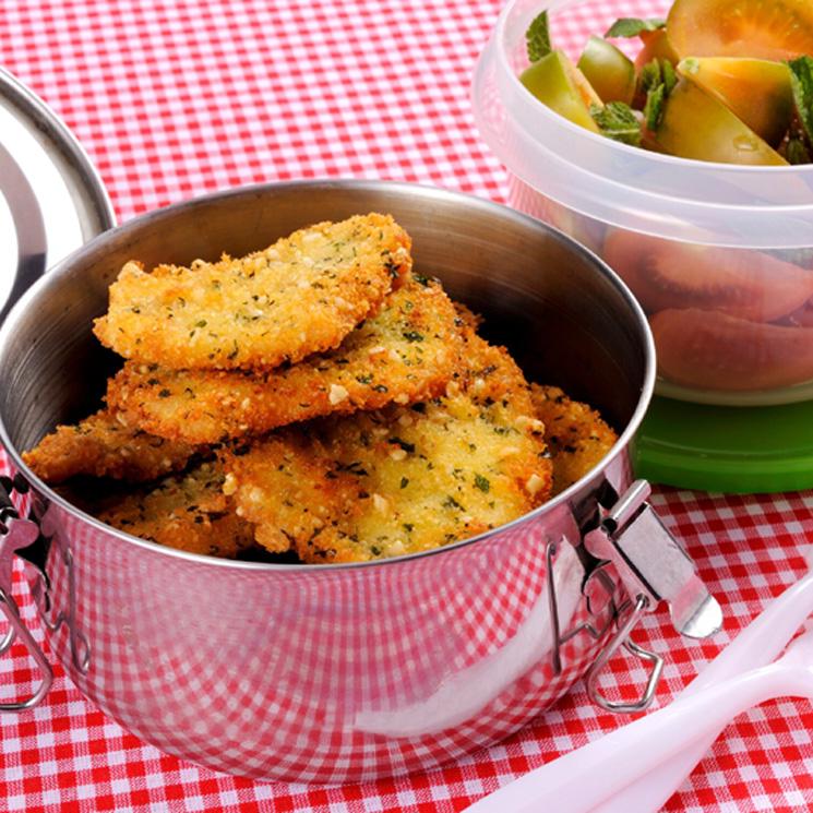 Escalopes de pollo con ensalada de tomate a la menta