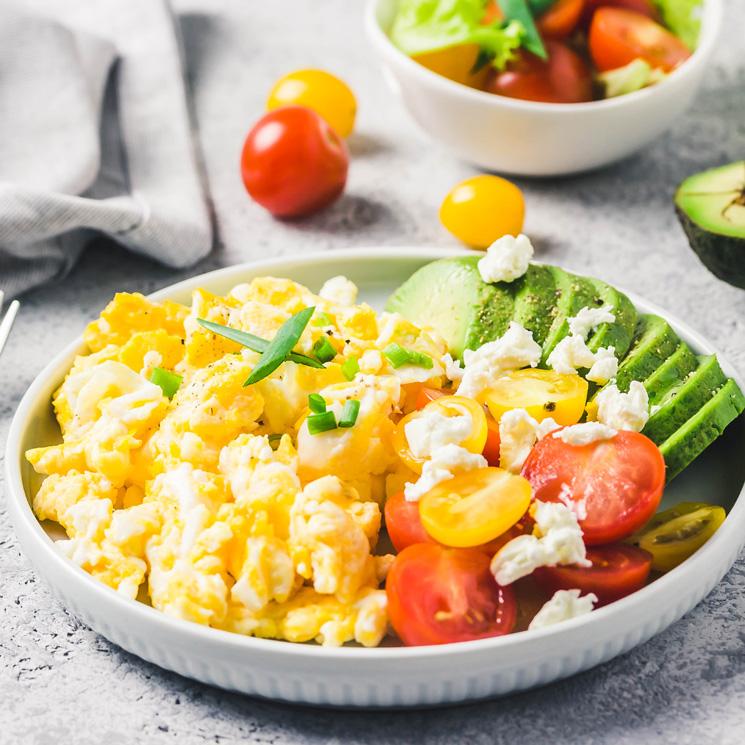Huevos Revueltos Con Aguacate Tomatitos Y Queso Feta