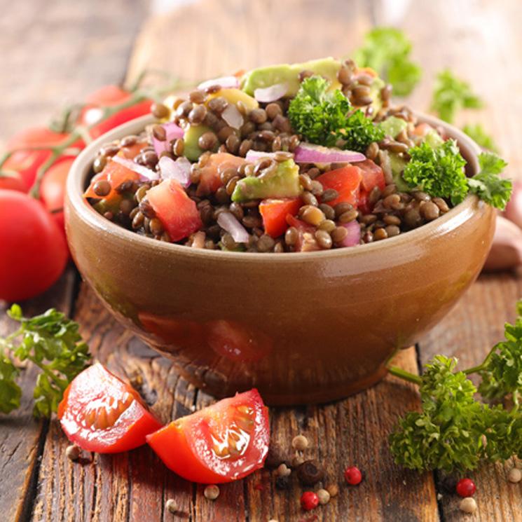 Ensalada de lentejas con tomate y aguacate