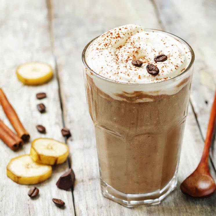 'Smoothie' de café, chocolate y plátano con espuma de coco
