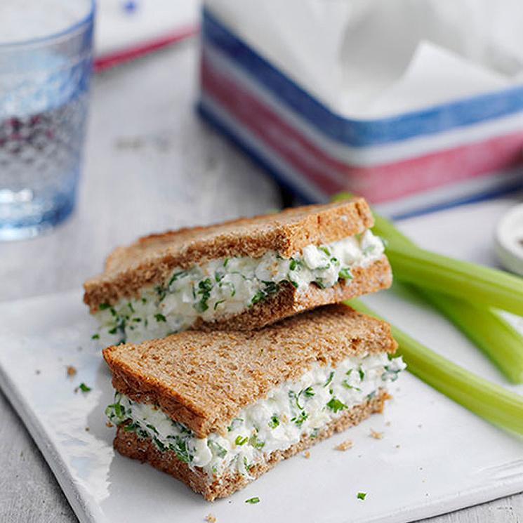 Sándwich de dos quesos y apio