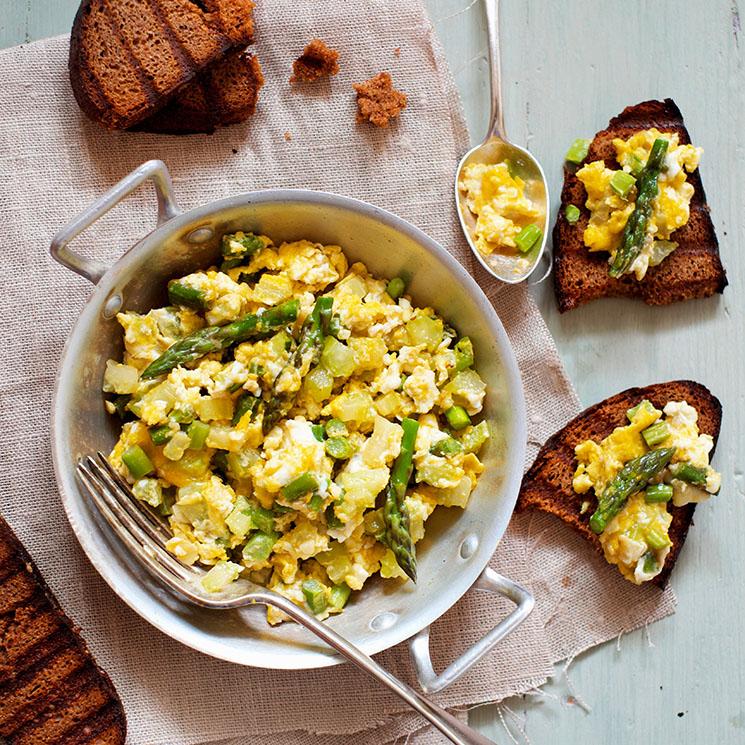 Huevos revueltos con espárragos trigueros y calabacín