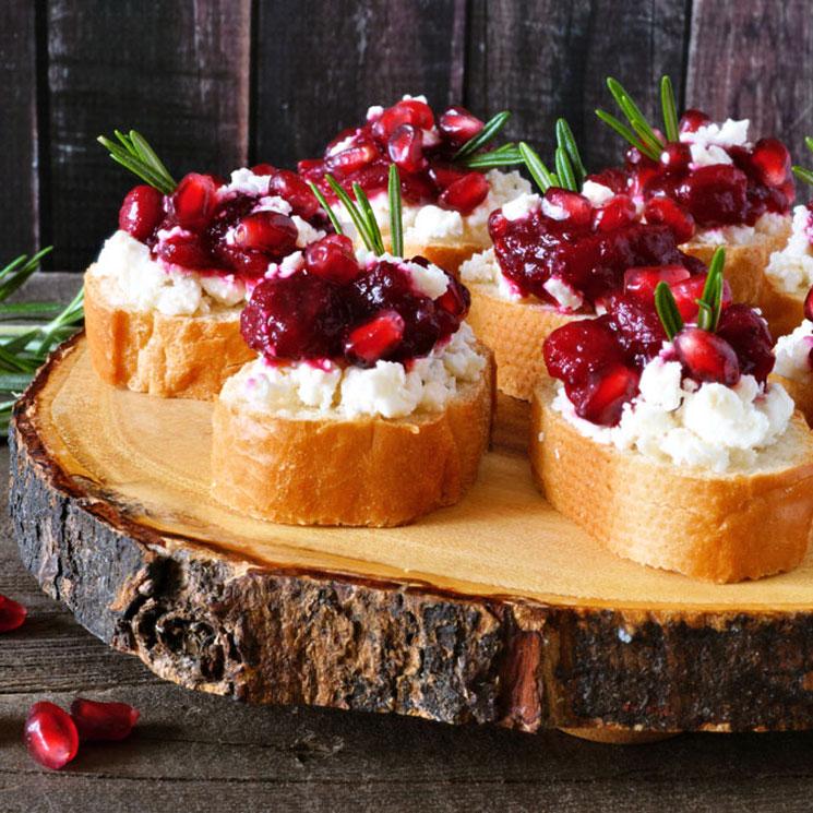 'Crostini' con granada, arándanos y queso feta
