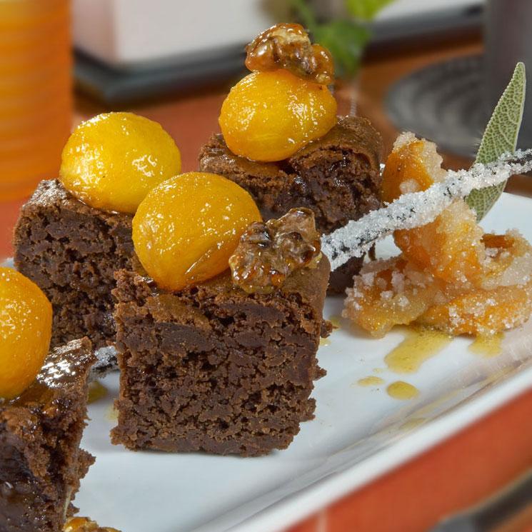 Brownie de kaki con nueces y salsa doble de vainilla
