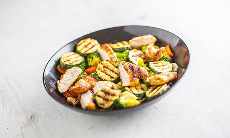 Ensalada caliente de pollo con verduras