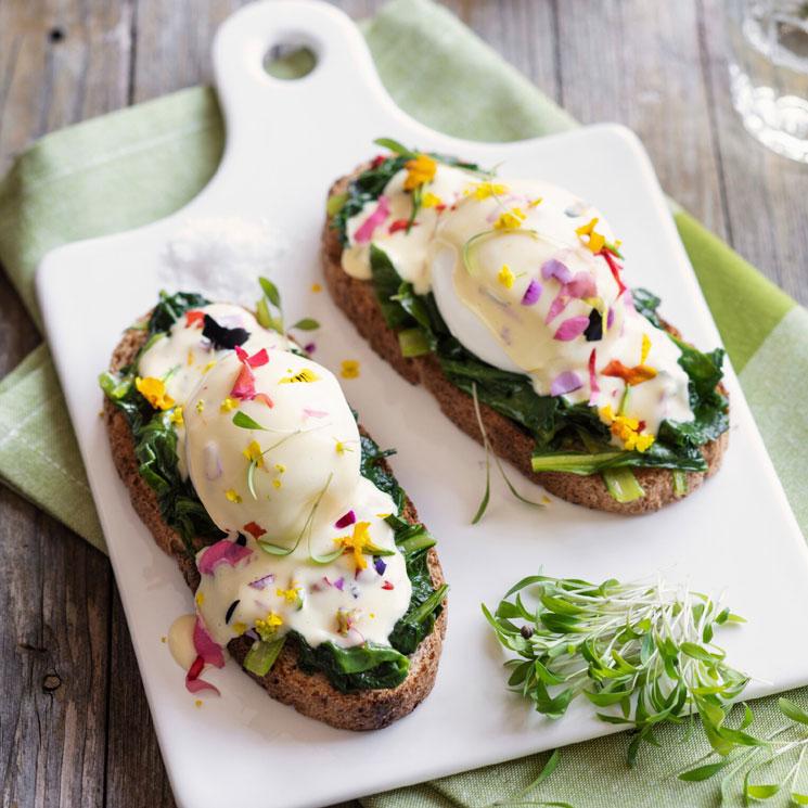Tosta de huevo con bechamel y espinacas