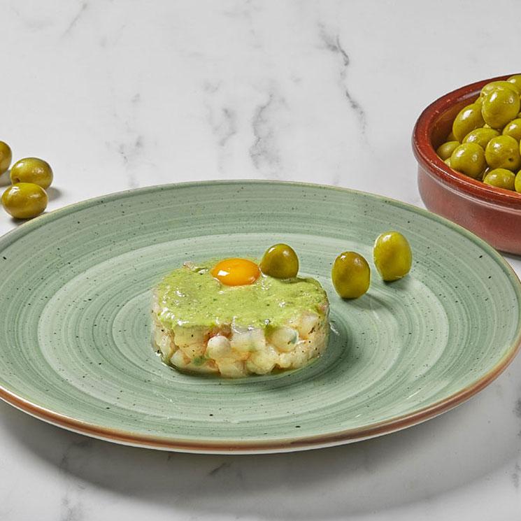 Pesto de aceituna manzanilla con tartar de gamba blanca y yema de huevo de codorniz