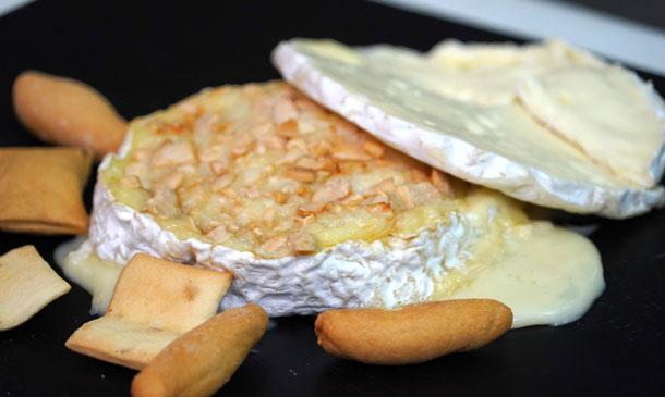 Queso Camembert al horno con almendras y vino blanco